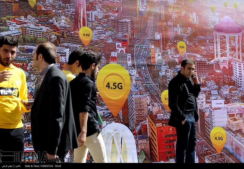 """Teheran ist die iranische Hauptstadt der Kongresse und internationalen Messen. Am meisten faszinieren die Menschen die Neuheiten in den Bereichen Telekommunikation und Kraftfahrzeuge. """"Iran-Telecom"""" ist eine der angesehenen internationalen Ausstellungen. Während einer Woche (bis 19. Oktober) können IranerInnen einheimische und ausländische Innovationen der Telekommunikationsidustrie bewundern. An der Ausstellung, die in zehn Hallen auf dem Teheraner Messegelände stattfindet, nehmen dieses Jahr mehr als 170 Firmen aus 15 Ländern teil."""