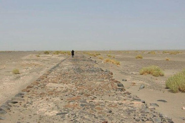 """Ende Juli legte ein Sandsturm eine antike Straße in der iranischen Wüste Lut frei. Die steingepflasterte Straße hat eine Breite von mehr als vier Metern. Ihre Länge wird auf etwa zehn Kilometer geschätzt. Experten vermuten, dass sie ein Teil der sogenannten """"Gewürzstraße"""" ist und aus der Zeit des Partherreiches stammt. Die Parther herrschten vom 3. Jahrhundert vor Christus an im heutigen Iran, großen Teilen Mesopotamiens und des südwestlichen Mittelasiens. Sie wurden im 3. Jahrhundert n. Chr. von den Sassaniden abgelöst. Die Wüste Lut wurde kürzlich in die Weltkulturerbeliste der UNESCO aufgenommen."""