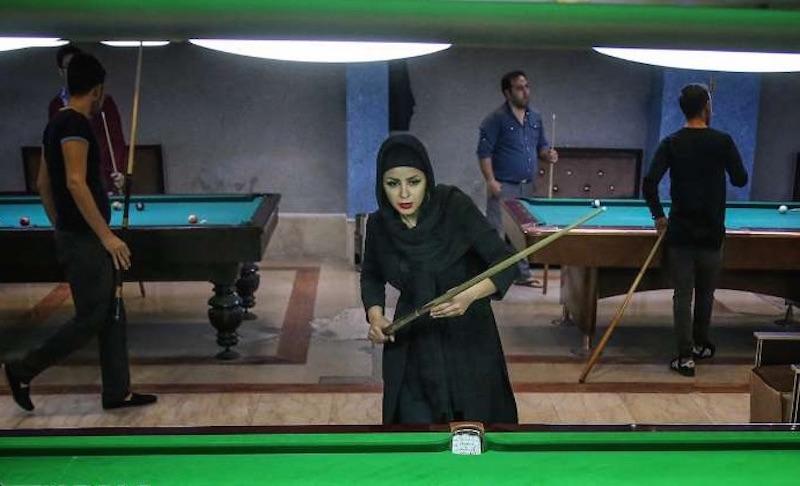 Akram Mohammadi Amini vertritt als einzige Frau den Iran bei der diesjährigen Snooker Amateur-Weltmeisterschaft. Neben ihr sind auch fünf Männer aus dem Iran an der Snooker-WM beteiligt. Diese findet vom 10. bis 21. November in dem ägyptischen Badeort Hurghada statt. Mohammadi Amini hatte bei den letzten drei Snooker Landesmeisterschaften der Frauen den ersten Platz belegt. Auf dem Foto ist sie bei ihrem Training in einem Teheraner Billardsalon zu sehen. Foto: iran.ir
