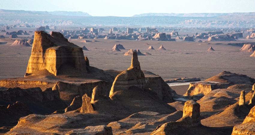 """Die UNESCO hat die iranische Wüste als Weltnaturerbe registriert. Auch das alte iranische Qanat-Bewässerungssystem wurde in die Welterbeliste aufgenommen – ein System von miteinander ver-bundenen Brunnen und Kanälen zur Bewässerung. Die Lut-Wüste bildet mit einer Fläche von mehr als 165.000 Quadratkilometern zehn Prozent der Gesamtfläche des Iran. Mit Oberflächentemperaturen bis zu 70,7 °C im Sommer gehört sie zu den heißesten Gegenden der Welt. Nach dem Welterbekonzept der UNESCO wird der Schutz von Kultur- und Naturdenkmälern mit """"außergewöhnlichem universellen Wert"""" nicht nur von einem Staat gewährleistet, sondern er ist Aufgabe der gesamten Menschheit. Aktuell sind 1.052 Stätten in 165 Ländern in der UNESCO-Liste des Welt-und Kulturerbes verzeicnet. Der Iran ist mit 21 historischen Stätten vertreten. Die Liste enthält auch 41 Welterbestätten in Deutschland."""