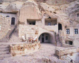 Die Höhlenhäuser in Maymand sind terrassenförmig in vier bis fünf Stufen angelegt