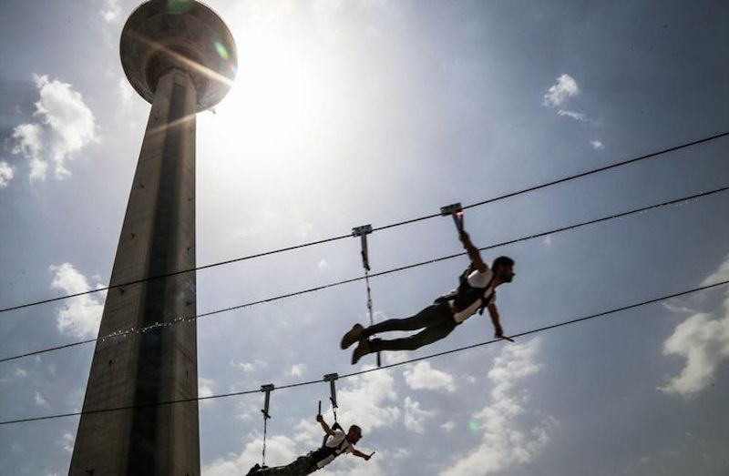 """Der Milad-Turm """"Bordsche Milad) in der iranischen Hauptstadt Teheran ist das höchste Fernsehturm des Landes und bietet auch unterschiedliche Freizeitangebote an. Das neueste Angebot: Eine genannte Zipline, eine Art Seilrutsche, die das Gefühl vom Fliegen vermitteln soll. Die Seilstation hat eine Höhe von 25 Metern, die Seillänge beträgt 150 Meter. Der Milad-Turm wurde im September 2008 fertiggestellt und ist mit 435 Metern der sechsthöchste Fernsehturm der Welt. In seiner Spitze befindet sich ein Restaurant mit 400 Plätzen. Für Besucher bietet der Fernsehturm mehrere Aussichtsplattformen."""
