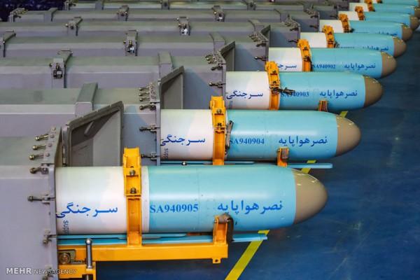 """Nach Angaben iranischer Nachrichtenagenturen wurden am 9. Februar mehrere neue Luft-Boden-Raketen der iranischen Streitkräfte übergeben. Die Kurzstreckenrakete """"Nasr"""" (Sieg), die von der iranischen Luft- und Raumfahrtorganisation des iranischen Verteidigungsministeriums hergestellt wird, habe eine Reichweite von 35 Kilometer und könne Schiffe mit einem Gewicht von bis zu 3.000 Tonnen zerstören. Die Rakete sei mit Radarsuchgeräten ausgestattet und besitze eine hohe Zielgenauigkeit, lobte der iranische Verteidigungsminister, Brigadegeneral Hossein Dehghan. Im Dezember 2012 hatte das iranische Verteidigungsministerium mitgeteilt, die """"Nasr""""-Rakete erfolgreich getestet und die Massenproduktion begonnen zu haben."""