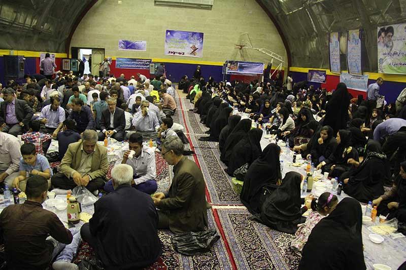 """Im islamischen Fastenmonat Ramadan finden im Iran allabendlich gemeinsame Fastenbrechen statt. Im ganzen Land bieten reiche Gläubige und religiöse Stiftungen armen Menschen kostenlose Abendessen an. Die größte Feier findet in der """"heiligen Stadt"""" Maschhad im Osten des Iran statt. Dort nehmen nach Angaben der Stiftung """"Astan Ghods Razavi"""" (AGR) täglich im Durchschnitt etwa 12.000 Menschen am Fastenbrechen am Schrein des Imam Reza teil. Imam Reza ist einer der wichtigsten Heiligen der Schiiten. Diese traditionelle mildtätige Verköstigung wird von der finanzkräftigen Stiftung AGR bereitgestellt, die den Schrein verwaltet. Während des Fastenmonats dürfen Muslime in der Zeit zwischen Sonnenaufgang und Sonnenuntergang nichts essen oder trinken. Dieses Jahr endet der Ramadan am 5. Juli."""