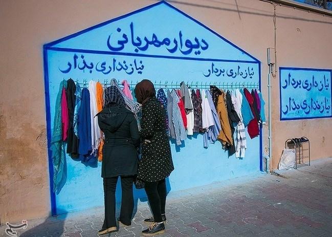 """""""Wenn du es nicht brauchst, lass es hier. Wenn du es brauchst, nimm es mit"""", steht auf dieser Wand. Mit solchen """"Wänden der Nächstenliebe"""" wird im Iran Kleidung an Bedürftige verteilt. Die Idee soll aus der nordiranischen Stadt Maschhad stammen. Dort tauchten vor einigen Wochen die ersten Kleiderhaken an einer öffentlichen Wand auf. Mit dem Wintereinbruch haben sich BewohnerInnen anderer Städte wie Teheran, Isfahan und Schiraz der Aktion angeschlossen. """"Lasst Obdachlose diesen Winter nicht frieren"""", ist einer der Slogans, mit denen in sozialen Medien geworben wird. Unter dem Hashtag #WallofKindness, """"Wand der Nächstenliebe"""", informieren User aus ihrer Stadt."""