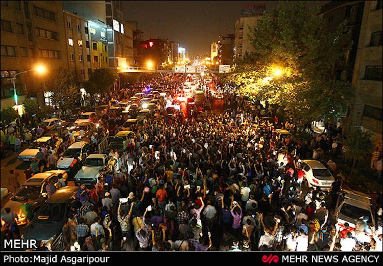 Nicht nur in der Hauptstadt Teheran (Foto), sondern in fast allen Landesteilen des Iran wurde der Sieg des gemäßigten Geistlichen Hassan Rouhani frenetisch gefeiert. Er hatte am 19. Mai die Präsidentschaftswahlen mit absoluter Mehrheit gewonnen. Sein Kontrahent Ebrahim Raisi war Kandidat der Hardliner um den religiösen Führer Ayatollah Khamenei.
