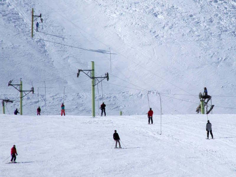 """""""Khosha-Koo"""" ist das einzige Skigebiet in der iranischen Provinz West-Azarbaidjan. Es liegt 30 Kilometer von der Hauptstadt der Provinz Urmia entfernt und ist ein Magnet für WintersportfreundInnen aus dem ganzen Land. Das 50.000 Quadratmeter große Areal hat nach Angaben der Verantwortlichen eine Kapazität für 18.000 Personen und bietet derzeit (Mitte Februar) ausgezeichnete Skibedingungen. Das einzige Manko: Nur wenige Gäste können in dem einzigen Hotel vor Ort übernachten. Deshalb ist """"Khosha-Koo"""" nur gut für einen Tagesausflug."""