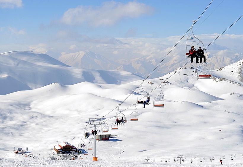 Am Donnerstag, den 26. November, eröffnete die Ski-Piste Totschal ihre Saison. Totschal - so heißt auch der 3.944 Meter hohe Gipfel des Berges, den man mit Tele-Kabinen erreichen kann. Nur fünf Kilometer von der Hauptstadt Teheran entfernt, bietet dieses Skigebiet mit einem Hotel und zwei Restaurants, ein beliebtes Ausflugsziel für Tausende BewohnerInnen der 18 Millionen Metropole. Die Saison geht noch bis Mitte Mai.
