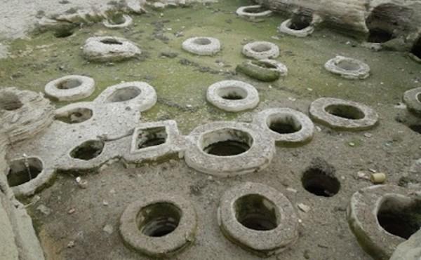 Der Iran ist stark von Wasserknappheit bedroht. Regierungsangaben zufolge werden über 70 Prozent der Wasserreserven verbraucht. Ausbleibende Regenfälle, intensive Landwirtschaft, hoher Verbrauch in den Haushalten und Missmanagement von Behörden werden von Experten als Hauptursachen für den Wassermangel im Iran betrachtet. Was in den Berichten über den Wasserverbrauch in der Islamischen Republik seltener erwähnt wird, sind die illegalen Brunnen, die unkontrolliert Wasserreserven ver- oder besser missbrauchen. Schätzungen zufolge gibt es im Iran über 300.000 solcher Brunnen. Ende Juni gab das Energieministerium bekannt, dass zuletzt 51 illegale Brunnen in der nordiranischen Provinz Golestan ausfindig gemacht und zugeschüttet worden seien. Zuvor hatte es ähnliche Aktionen in der Provinz Teheran gegeben, wo 1.400 Brunnen geschlossen wurden.