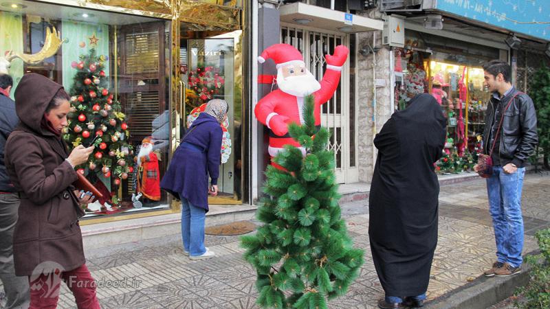 """Immer mehr IranerInnen feiern das christliche Fest. Bis vor 30 Jahren wurde Weihnachten in dem überwiegend islamischen Land nur in den Bezirken gefeiert, in denen die Mehrheit der EinwohnerInnen Christen waren. Heute gehören Baba Noël (Weihnachtsmann) und weihnachtlich geschmückte Läden zum Straßenbild iranischer Großstädte. Dieses Jahr haben zahlreiche prominente KünstlerInnen und SportlerInnen iranischen Christen zum """"Krismas"""" (Weihnachten) gratuliert. Von den insgesamt etwa 300.000 ChristInnen im Iran sind rund 240.000 Armenier oder Assyrer. Beide Volksgruppen sind in der Islamischen Republik offiziell anerkannt und haben eine feste Anzahl von Sitzen im iranischen Parlament. Dennoch stehen ihre Gemeinden unter staatlicher Kontrolle. Die Armenier feiern die Geburt Christi am 6. Januar. Neben diesen beiden Volksgruppen gibt es nach offiziellen Schätzungen aus dem Jahr 2010 etwa 66.700 KatholikInnen und ChristenInnen aus dem protestantischen Konfessionsspektrum im Iran. Aktuelle Erhebungen liegen nicht vor."""
