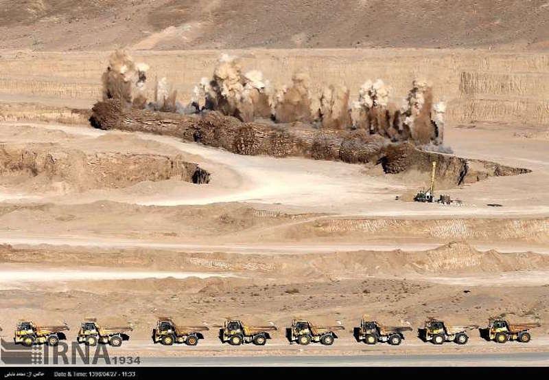 Die iranische Regierung hat bekanntgegeben, dass der Ausbau der nachihren Angaben zweitgrößten Blei- und Zinkmine der Welt, die in der iranischen Provinz Yazd liegt, begonnen hat. Damit werde der Iran zu einem wichtigen Exporteuer dieser Metalle auf dem internationalen Markt werden. Das Projekt wird hauptsächlich von privaten Investoren getragen. Die iranische Regierung bemüht sich, das Land vom Erdölexport unabhängig zu machen. Daher sucht sie händeringend nach heimischen und internationalen Investoren. Das 1,68 Millionen Quadratkilometer große Land ist reich an unterschiedlichen Metallen und Mineralien, unter anderem Gold, Silber, Blei und Zink.