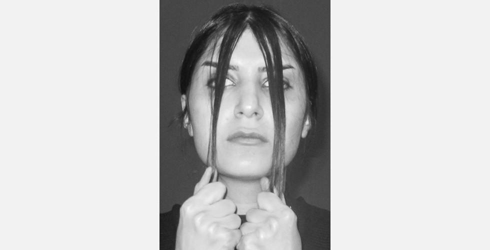"""""""Selbstporträt"""", Digitalfotografie Zeitgenössische Kunst ist im Iran nicht auf die Teheraner Szene beschränkt. Geboren und ausgebildet in Isfahan, einst Kunst- und Kulturhauptstadt des Iran und nun Hochburg des Konservatismus, befasst sich Zahra Jafarpour in ihren Arbeiten mit den kulturellen Komplexitäten ihrer Heimatstadt und den generellen Problemen ihrer Generation. Das Spannungsverhältnis zwischen Kunst und Kultur im nachrevolutionären Iran spiegelt sich klar in der Dynamik ihrer Kunstwerke in unterschiedlichen Medien wider."""