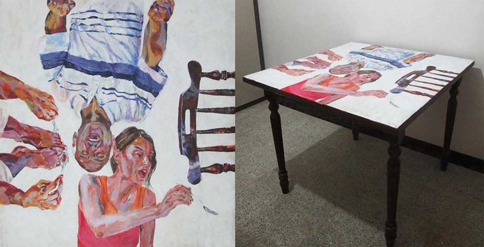 """Aus der Reihe """"Das Fest"""", Malerei auf Esstisch Jafarpours Werke handeln von einer kleinen, unmittelbaren Gesellschaft: der Familie. Sie zeigen die Familie als eine Monade der Gesellschaft oder ein Spiegelbild der Sozialordnung im allgemeinen. In der Tat hat die Familie in der iranischen Sozialstruktur einen hohen Stellenwert. Sie prägt und beeinflusst maßgeblich alle Lebensformen auf allen Ebenen und wird deswegen für die Krise der Kultur verantwortlich gemacht."""