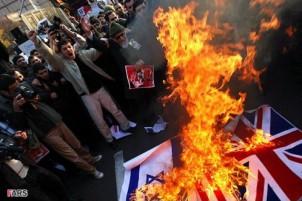 Aufgebrachte Masse vor der britischen Botschaft am 29. November 2011
