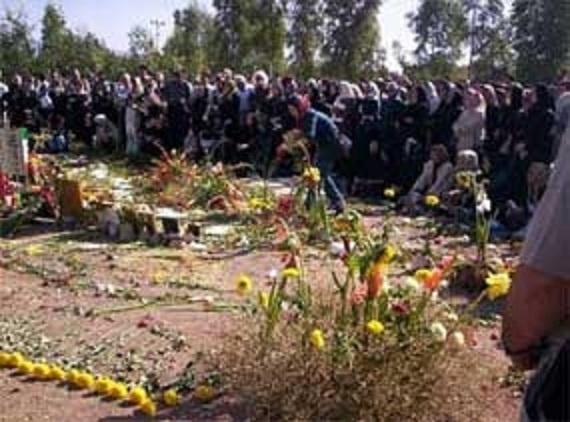 """Familien von Opfern der Massenhinrichtungen im Sommer 1988 - im Teheraner Friedhof """"Khavaran"""", wo sich ein Teil der Massengräber befindet"""
