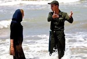 Sittenwächter bewachen überall die Frauen, damit sie sich an der islamischen Kleiderordnung halten - auch am Meer!