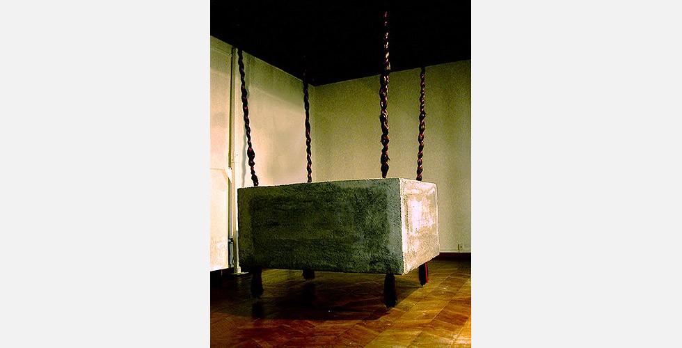 """""""Chelgis II"""", Installation, Mandana Moghaddam, La Biennale di Venezia, 2005 Es ist verständlich, dass viele Künstlerinnen der zweiten Generation dem weiblichen Körper und ihrer eigenen Weiblichkeit in ihren Werken besonderes Augenmerk widmen. Das führt meist zu einer wuchtigen Ikonografie, die auch ein auswärtiges Publikum schnell erkennen kann. Die künstlerische Qualität ihrer Werke unterscheidet sich jedoch erheblich und hängt nicht davon ab, welche Motive verwendet werden oder welche Botschaft die Kunstwerke haben. Obwohl eine oberflächliche Behandlung des Themas von vielen KünstlerInnen aus dem Nahen Osten, manchmal an der Grenze zur Selbstexotisierung, das Publikum gegenüber solcher Ikonografie misstrauisch gemacht hat, gibt es auch KünstlerInnen, denen es gelungen ist, eine einzigartige Ästhetik daraus zu machen. Mandana Moghaddam ist ein Beispiel für solchen Erfolg. Ihre künstlerischen Qualitäten ziehen die Aufmerksamkeit des Betrachters auf sich, bevor er die Botschaften des Kunstwerks entschlüsseln kann."""