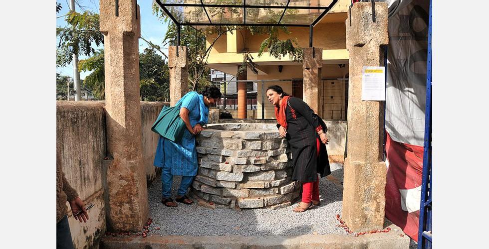 """""""Brunnen"""", Mandana Moghaddam, Bangalore, Indien, 2009 Zunächst sprachen sich iranische Beamte für das Projekt aus, verweigerten aber letztlich der Künstlerin eine Genehmigung, weil sie fürchteten, dass das Kunstwerk auf einen heiligen Brunnen in Dschamkaran (eine Kleinstadt nahe Qom) hinweist. Der 12. Imam, genannt Mahdi, soll sich nach seiner so genannten kleinen Verborgenheit in den dortigen Brunnen zurückgezogen haben. Jeden Dienstagabend versammelt sich eine Menschenmenge an der Dschamkaran-Moschee zum Beten und wirft Zettel und Briefe in den Brunnen, um den Imam um Hilfe zu bitten."""