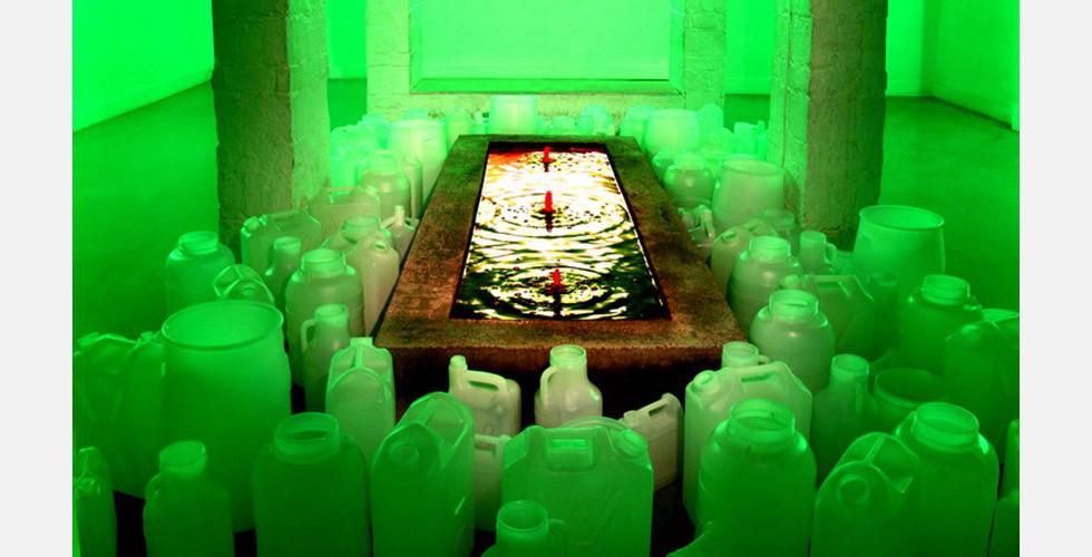 """""""Saras Paradies"""", Mandana Moghaddam, Azad Art Gallery, Teheran, 2009 Solche Becken, die den Fortbestand des Bluts der Märtyrer des Irak-Iran-Kriegs darstellen sollen, wurden nach der Revolution tatsächlich in vielen iranischen Städten gebaut. Das Becken auf dem Behescht-Sahra-Friedhof (im wörtlichen Sinne: Saras Paradies) ist besonders auffällig. Die rote Farbe des Beckens zusammen mit Grün und Weiß bezieht sich auf die Farben der iranischen Fahne. Die Fahne selbst war der Gegenstand verschiedener Kontroversen und ist in die Werke von vielen iranischen Künstlern eingegangen. Sie hat eine lange Geschichte, wurde aber nach der Revolution geändert, um die """"einzigartige"""" Identität der islamischen Republik zu präsentieren."""