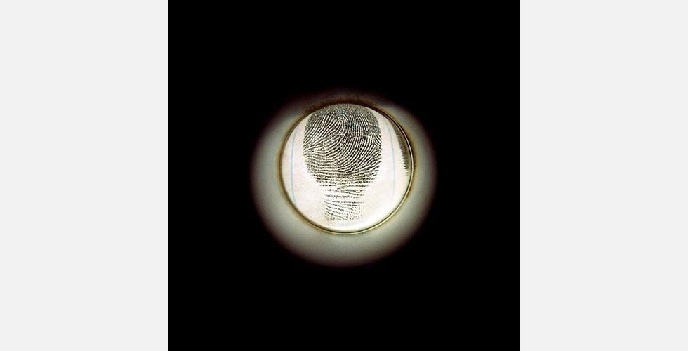 """""""Guckloch"""", Analogfotografie, C-Print auf Fotopapier, 30x30cm, 2006 Die Künstlerin erinnert daran, dass sie diese Reihe begann, als sie in den USA Fingerabdrücke abgeben musste. (Sie hat ihre Kunsterziehung in den USA fortgesetzt. Derzeit lebt sie in Teheran.) Dadurch, den Akt des Schauens selbst zu betrachten, arbeitet Hedayat dem autoritären Blick entgegen. Das geschieht durch ein Medium, das eigentlich zum Schutz der Privatsphäre verwendet wird, und vermittelt dadurch ein Gefühl der Unsicherheit."""