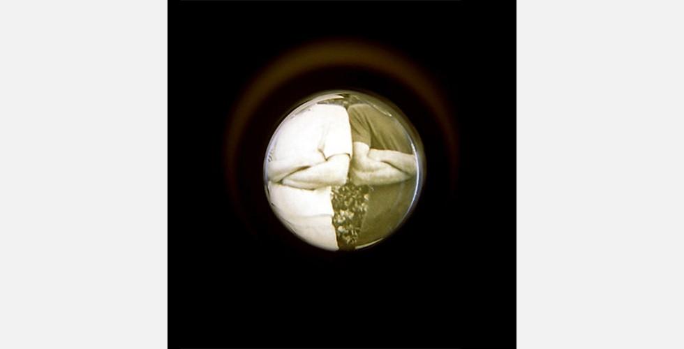 """""""Guckloch"""", Analogfotografie, C-Print auf Fotopapier, 30x30cm, 2006 Die Fotos in dieser Reihe vermitteln dem Betrachter den Eindruck, als ob er aus den Augen der Künstlerin schaue und nicht auf das Foto oder Ausweispapier von jemand anderem, sondern auf sein eigenes. Die Werke gehen über das Selbstporträt hinaus und dokumentieren Sichtweise und Blickwinkel der Künstlerin."""