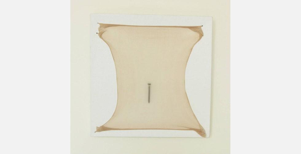 """""""Die Kruste"""", Assemblage, 15x15cm, 2013 In ihrem Werk """"Tapete"""" bedeckt Hedayat eine Wand mit Hunderten identischer kleiner Selbstporträts und schafft dadurch eine klaustrophobische Atmosphäre. Der Betrachter ist eingeladen, sich den Fotos zu nähern und zugleich davon zu distanzieren. Ganz gleich, wo er steht, verpasst er einen Teil des Gesamten. In der Reihe """"Die Kruste"""" fokussiert die Künstlerin auf Haut und gibt ihr, wie bei ihren Fotos, solches Ausmaß, dass der Abstand zwischen dem Betrachter und dem Gegenstand gestört wird."""