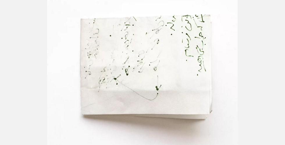 """""""Ohne Titel"""", aus der Reihe """"Das Vergangene"""", 2014, Foto Copyright: Ghazaleh Hedayat und Ag Galerie Die Reihe """"Das Vergangene"""" stellt Korrespondenzen der Künstlerin mit verschiedenen Personen im Laufe ihres Lebens dar. Auch hier stellt ihre Detailtreue die Materialität in den Vordergrund. Beim Fotografieren der Briefe, die zum Anschauen und nicht zum Lesen sind, zeigt Hedayat ihre geografische Entfernung zu deren Autoren."""