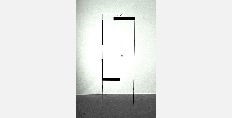 """Ohne Titel, Aluminium, 50x20x5cm, 2009  Trotz ihrer minimalistischen und abstrakten Qualität bleiben die Werke von Daresh kontextrelevant. Um diese Relevanz zu sehen, braucht man sich nur der Art zu erinnern, wie iranische Kunst historisch auf harte sozialpolitische Wirklichkeit mit Poetik und Abstraktion reagierte. Dareshs Kunstwerke finden Zuflucht in einer sichereren Welt. Sie schützen die Möglichkeit, von einem anderen Stand der Dinge zu träumen. Sie zeigen dem Betrachter, wie man """"in höherer Qualität"""" träumen kann. Trotz ihres fantastischen Wesens streben sie nicht an, den Status Quo zu dekorieren, sondern sich eine Alternative vorzustellen."""