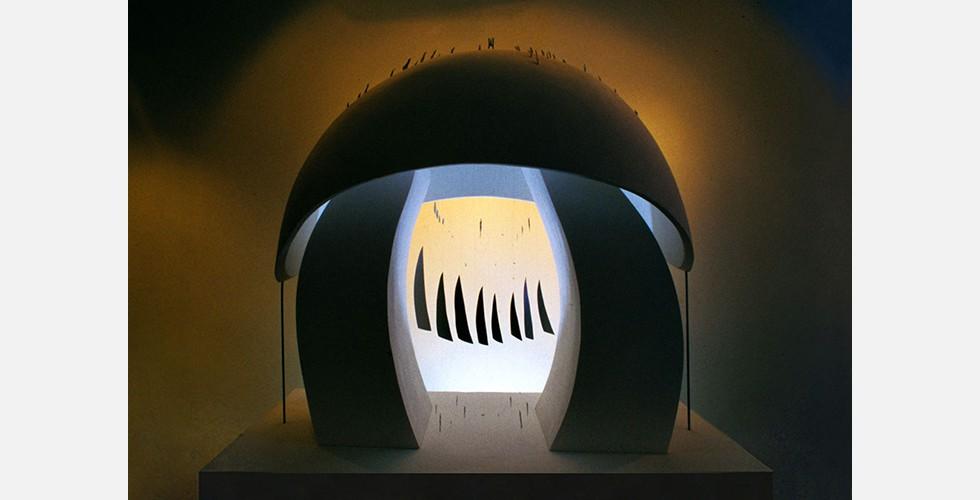 Ohne Titel, Aluminium, Eisen, Styropor, Licht- und Rauminstallation, 200x100x200cm, 2005 Mit ihrem traumhaften idealistischen Ansatz erinnern die Werke von Behrouz Daresh an die historische iranische Kunst - mit einem zusätzlichen Gefühl von Entsetzen, das hinter den idyllischen Formen lauert. Im kantischen Sinne überschreitet ihre Erhabenheit ihre Schönheit: Sie überwältigen den Betrachter und erinnern ihn gleichzeitig durch ihr Ausmaß an die Prekarität von Träumen und an die Angst vor dem Erwachen. In ihrem Rahmen stellen sie eine Welt innerhalb einer anderen dar.