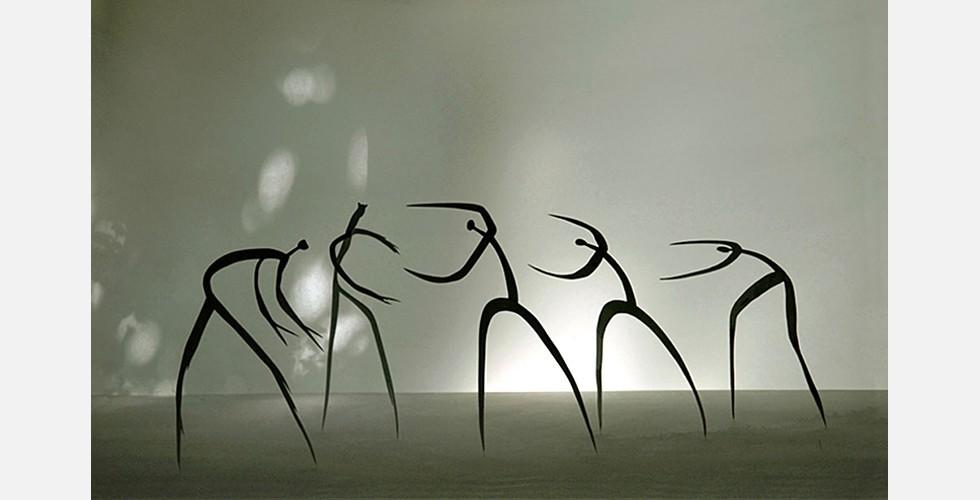 """""""Der Beginn eines Ereignis"""", Aluminium, 300x100x50cm, 2004 Eine ausgeprägte Eigenschaft von Dareshs Werk ist die Präsenz eines gewissen Zeitbegriffs. Die Werke vermitteln ein Gefühl von Zeitlosigkeit, ein Merkmal der antiken Skulptur. Dieses Gefühl wird hier nicht durch massive oder pompöse Baukörper erreicht, sondern durch das Zarte, Zerbrechliche und Exquisite."""