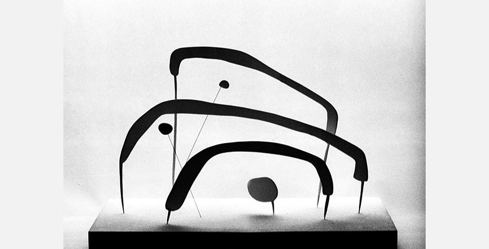 Ohne Titel, Eisen, 70x40x40cm, 1999 Mit ihren urweltlichen und zeitlosen Eigenschaften wirken die Werke wie eine leichte Version uralter Monumente: ein Miniatur-Stonehenge. Sie erscheinen wie Entwürfe für Denkmäler, die sich an die Augen der Zukunft wenden. Daher überrascht es nicht, dass die Werke nicht unmittelbar die vorläufigen Umbrüche widerspiegeln, die viele andere iranische Künstler beeinflusst haben.