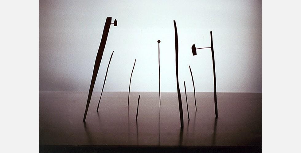 Ohne Titel, Eisen, 50x30x20cm, 1999 Es gibt hier eine besondere Aufmerksamkeit für den Maßstab, die die Werke als Modelle für einen größeren Aufbau erscheinen lässt. Mit ihrer Miniaturgröße zeigen sich die Figuren innerhalb der Strukturen nicht als Dinge an sich. In solchem Formalismus ist der Raum der Inhalt.