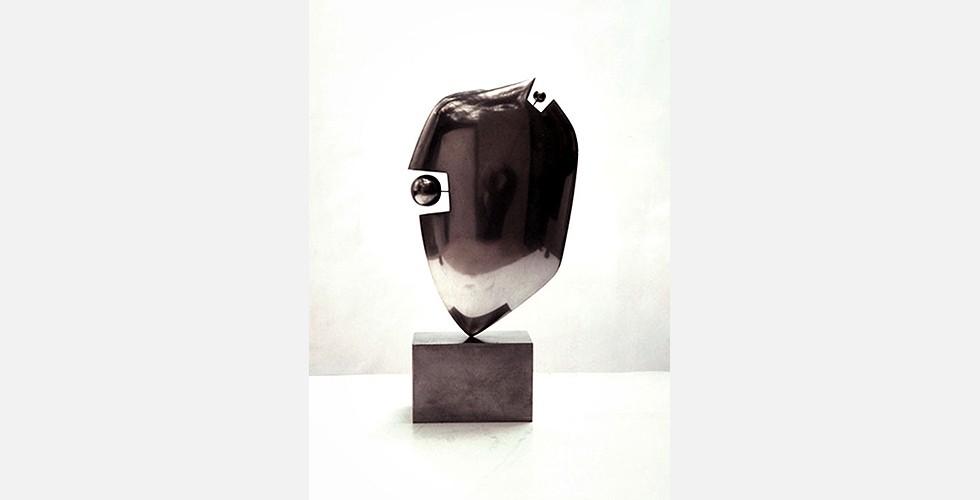 Ohne Titel, Aluminium, 30x20x7cm, 1996 Der modernistische Einfluss auf Dareshs Werke ist kaum verwunderlich. Solche Orientierung war eine ästhetische Vorliebe vieler iranische Künstler in der zweiten Hälfte des 20. Jahrhunderts. Sie haben sich in ihrer Arbeit angeeignet, was sie in der globalen Kunst relevant fanden. Die übernommenen Elemente hatten jedoch im Wesentlichen wenig mit den originalen Mustern der globalen Kunstgeschichte zu tun. Sie waren neu interpretiert und in einen anderen Kontext gestellt.