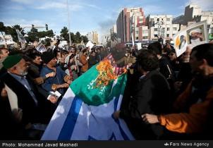 Demonstranten in Teheran verbrennen die saudi-arabische und israelische Flagge