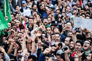 Hunderte Demonstranten protestieren gegen die Hinrichtung von Scheich Nimr al-Nimr vor der saudischen Botschaft in Teheran