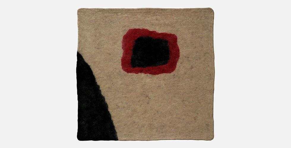 Ohne Titel, Filz, 156x152cm, 1996-98 Vor dem 18. Jahrhundert war die iranische Malerei nicht Teil der Tradition des Staffeleibilds und die Gemälde waren nicht dafür bestimmt, als ein nicht zur Architektur gehörender Gegenstand an die Wände gehängt zu werden. Sie waren vielmehr dafür gedacht, sich über alle Arten von Oberflächen - insbesondere Buchseiten - zu verteilen. Jahrhundertelang wuchsen Iraner auf Teppichen als erste zugängliche bunte Oberfläche auf. JedeR IranerIn hat schon die Ekstase erlebt, sich in Mustern und Farben eines Teppichs zu verlieren.
