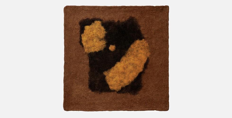 Ohne Titel, Filz, 160x150cm, 1996-98 Bodenbelag aus Filz herzustellen war kein urbanes Handwerk wie die Teppichfertigung, sondern eine urzeitliche Technik, die ohne die Vermittlung durch eine Spinnerei einen Bodenbelag produzierte. Im Gegensatz zum Teppich sind die Muster im Filz nicht digitalisiert, der Designer nicht vom Handwerker differenziert. Das ermöglicht ein direkteres Verhältnis zwischen Entwurf und Produkt. In seiner Arbeit nutzt Daresh geschickt die rohe und raue Qualität des Materials, die zu den verwendeten Formen passt.