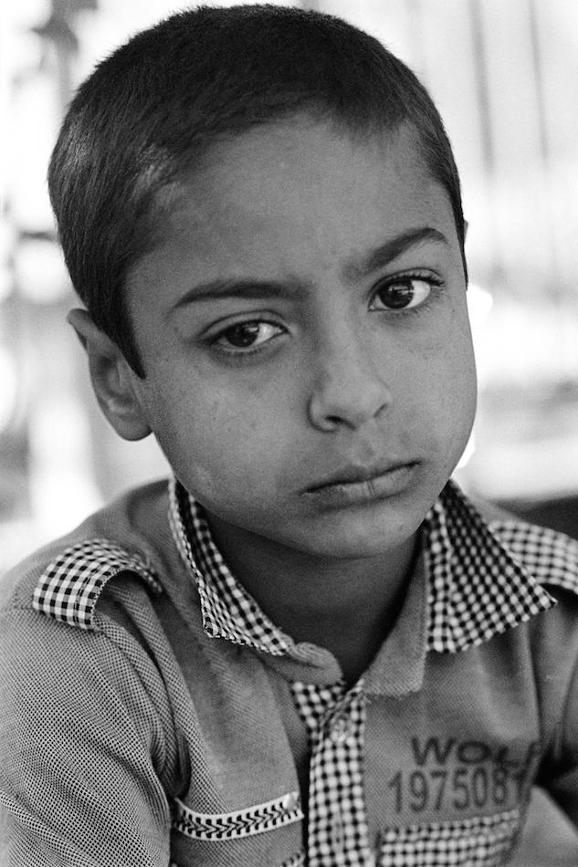 """Milad, 8 Jahre (Bruder von Mirza) """"Mich macht nichts glücklich und mein größter Wunsch ist es, in eine Schule zu gehen. Vor meinem Vater habe ich Angst. Mein kleiner Bruder ist das Wertvollste für mich, ich mag ihn mehr als alles andere. Ich habe meinen Geburtstag noch nie gefeiert, aber mein kleiner Bruder hatte eine Geburtstagsfeier und er hat Socken bekommen.""""© Kilian Foerster, 2015"""