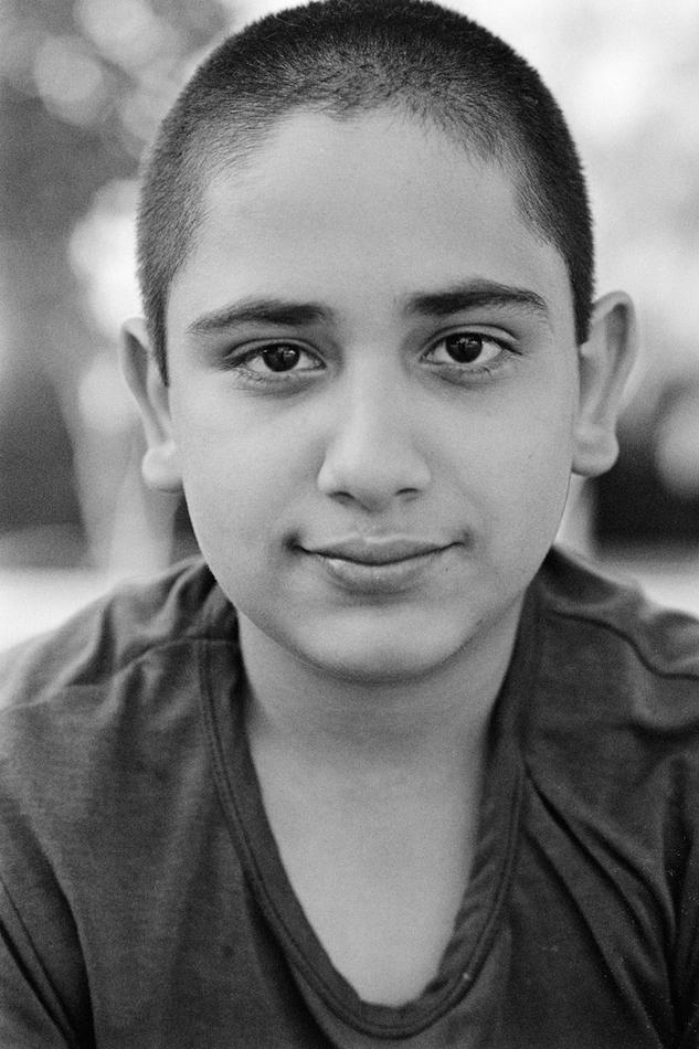 """Massoud, 15 Jahre """"Ich bin der Jüngste in der Familie und in der Schule mag ich besonders die Naturwissenschaften. Ich möchte später Arzt werden, damit ich einen anständigen Beruf habe. Ich wünsche mir, dass ich ein ruhiges und glückliches Leben habe. …Ich hatte nur wenige Freunde, mit denen ich aber Schluss gemacht habe, weil sie Drogen genommen haben. Sie wurden von ihren Eltern rausgeworfen und leben jetzt auf der Straße und schlafen auch dort. Manchmal sehe ich sie nachts.""""© Kilian Foerster, 2015"""