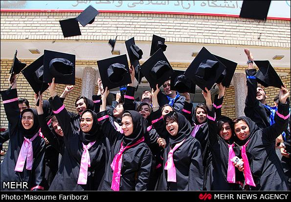 StudentInnen feiern ihren Abschluss an der Freien Universität Ahar
