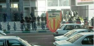 Sicherheitsbeamte schützen das Gebäude Ölministeriums in Teheran