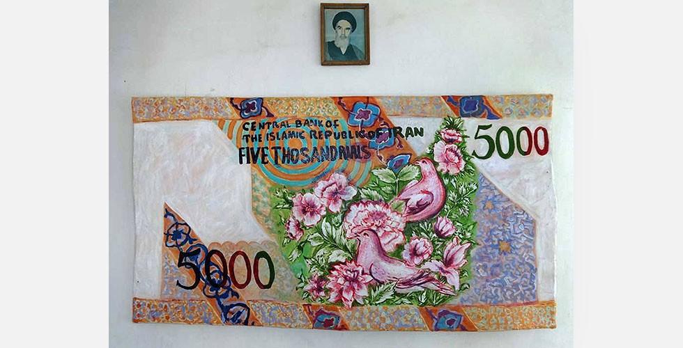 """Aus der Reihe """"Banknoten"""", Wandfarbe auf Leinwand auf handgefertigtem Keilrahmen, 2012 Als Maler wurde Ghanbari in Teherans Kunstszene zunächst durch die Reihe """"Banknoten"""" bekannt. Warhol schrieb einmal in seiner so genannten """"Philosophie"""": """"Ich mag Geld an der Wand. Nehmen wir an, du wolltest ein Bild für 200.000 Dollar kaufen. Ich meine, dass du das Geld an eine Schnur binden und an die Wand hängen solltest."""" In dieser Reihe macht Ghanbari das Gegenteil."""