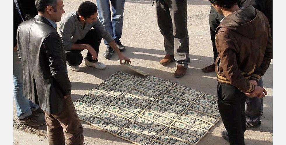 """""""Einen Dollar für jeden auf der Straße"""", 2013, aus """"Ismails Übungen"""", Dokumentarfilm. Foto: Saber Safatian An einer Stelle entschied der Künstler, jedermann seine Dollarscheine zur Verfügung zu stellen und sie in seiner Heimatstadt auf der Straße zu verkaufen."""