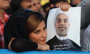 Rouhanis Anhängerin mit dem Poster des Präsdienten - Foto: fararu.com
