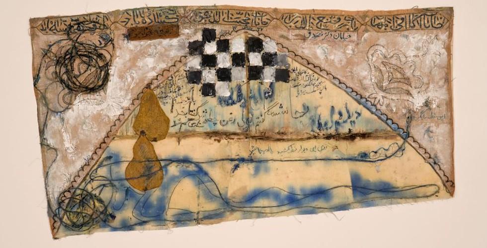 """""""Die Mauer"""", Tinte, Faser, Aquarell, Garn und Stoff, 42 x 77cm, 1958 Siah Armajani, geboren 1939, gehört zu einer Generation iranischer Künstler, die ihre eigene Version von einer Kunst der Moderne mit einem reifen individuellen Charakter entwickelte. Armajani verließ den Iran 1960 im Alter von 21 Jahren und lebt seit dem in den USA. Inspiriert von der amerikanischen Pop-Art, nutzt er in seinen frühen Werken einen ähnlichen Ansatz, aber iranische Motive und Themen. Das war ein gemeinsames Charakteristikum vieler iranischer Künstler zu diesem Zeitpunkt, insbesondere jenen der sogenannten Saqqakhaneh-Schule wie Parviz Tanavoli, Hossein Zenderoudi und Marcos Grigorian. Armajani traf Tanavoli und Grigorian in Minneapolis und schloss sich der Gruppe für eine Weile an. Das Werk oben gehört zu dieser Phase seines künstlerischen Werks."""