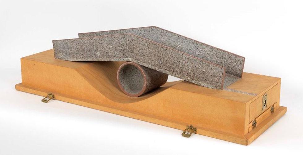 """""""NOAA Brücke"""", bemaltes Holz, Holz, 23,5 x 30,5 x 87cm, Nationale Ozean- und Atmosphärenbehörde, Seattle, 1982 Den Erfolg seiner Brücken führt Armajani auf die Tatsache zurück, dass diese von den Nutzern nicht als Kunst gesehen würden. Er schrieb häufig dieses Zitat des US-amerikanischen Philosophen und Schriftstellers Ralph Waldo Emerson auf seine Werke: """"Schönheit muss zurück zur nützlichen Kunst und der Unterschied zwischen schönen und nützlichen Künsten muss vergessen werden."""""""