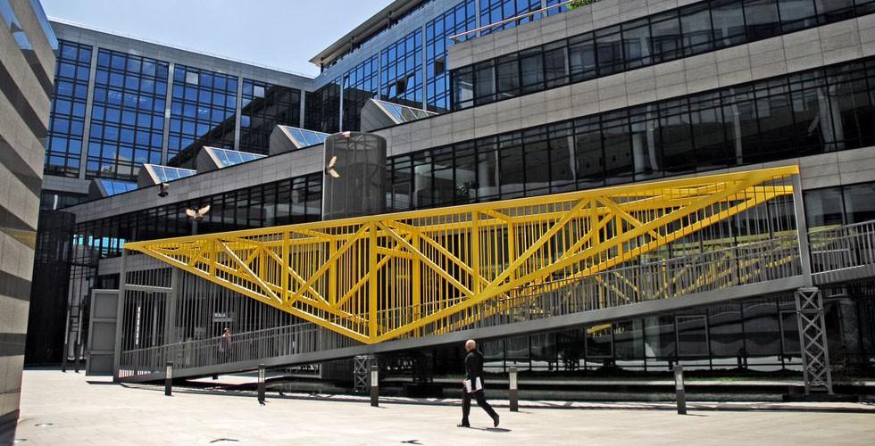 """""""Brücke/Rampe"""", Stahl, 600 x 5860 x 207cm, Innenhof der BW-Bank, Stuttgart 1994 Mit seinen Brücken und Gartenlauben überbrückt Armajani die Kluft zwischen Kunst und Architektur. Die oben gezeigte Brücke ist in Deutschland gebaut."""