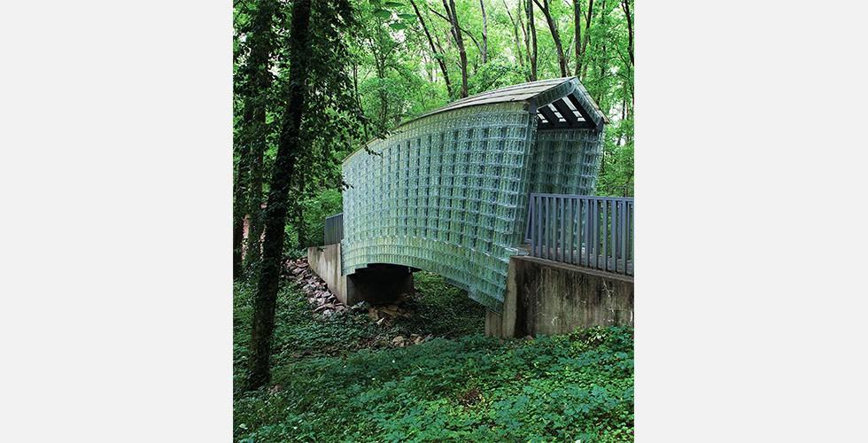 """""""Glasbrücke am Cheekwood Botanischen Garten und Kunstmuseum"""", Mixed Media, Nashville, Tennessee, 2003 Im Gegensatz zu dem, was der Begriff """"Public Art"""" impliziert, haben Armajanis öffentliche Strukturen nicht notwendigerweise gesellschaftliche Funktionen."""