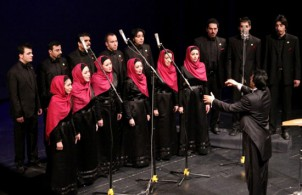 """Tehran Vocal Ensemble"" um den Dirigenten Milad Omranlou"