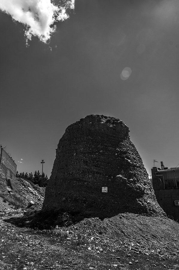 """""""Gedenkstätte für Abu al-Atahiyah"""", Erde und Gips, 2016Auch die Gedenkstätte für den Dichter Abu al-Atahiyah (748 – 726) bestand nicht aus Stein. Die hat der Künstler an der Stadtautobahn Satari, im Westen Teherans errichtet."""
